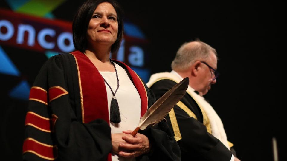 Édith Cloutier, directrice générale du Centre d'amitié autochtone de Val-d'Or, lors de la remise d'un doctorat honorifique par l'Université Concordia.