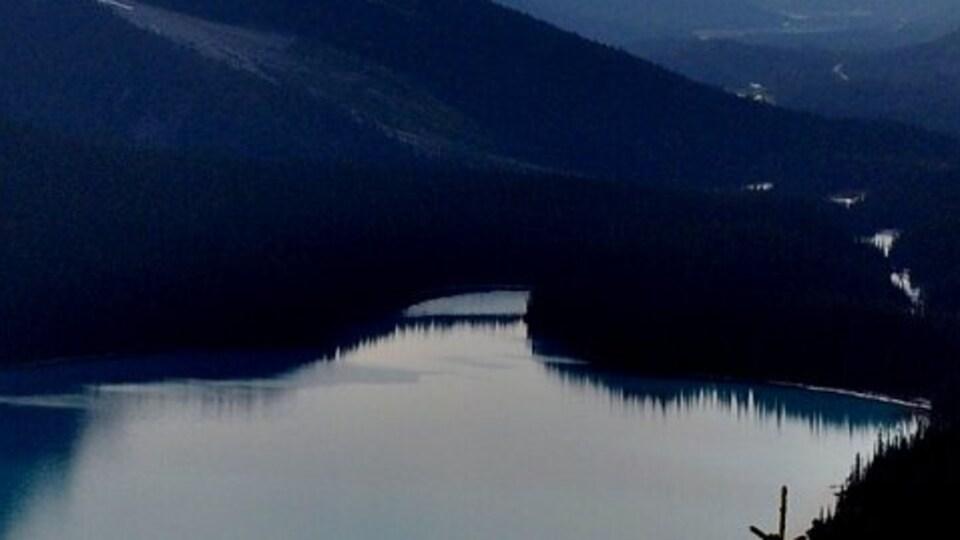 """Une affiche avec des montagnes et un slogan en anglais disant """"Beyond the Horizon""""."""