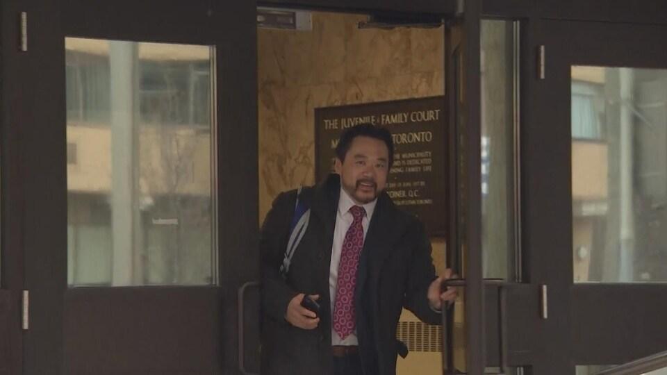 On voit le détective Daniel Sunghing quitter le tribunal après son témoignage.