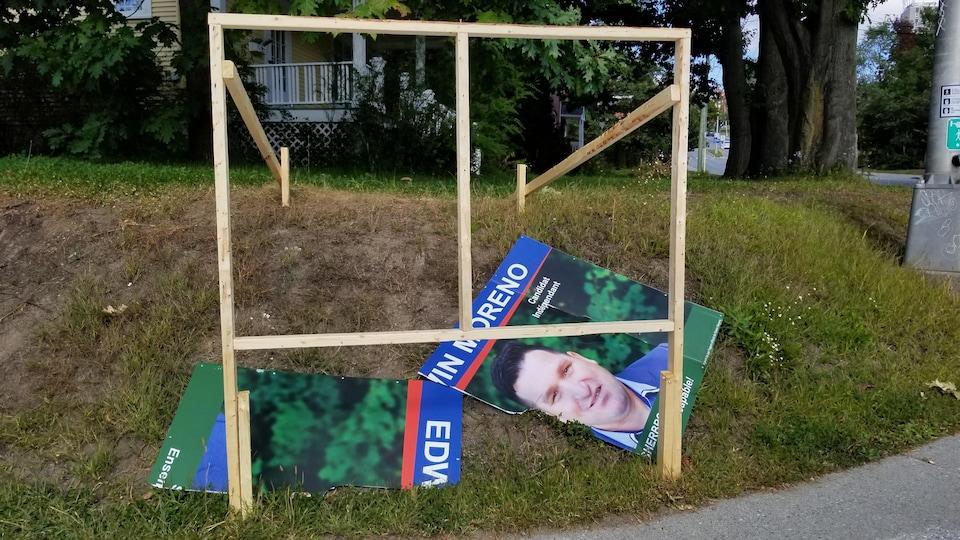 La pancarte déchirée du candidat Edwin Moreno.