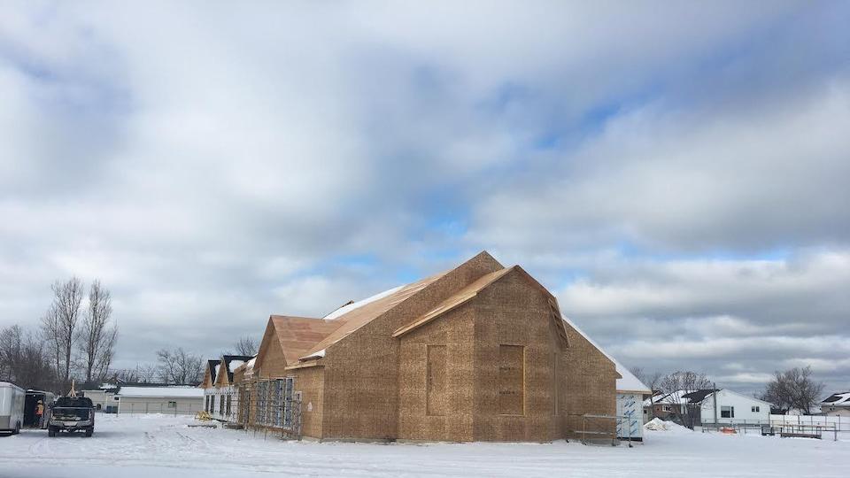 L'église en construction, vue d'un autre angle.