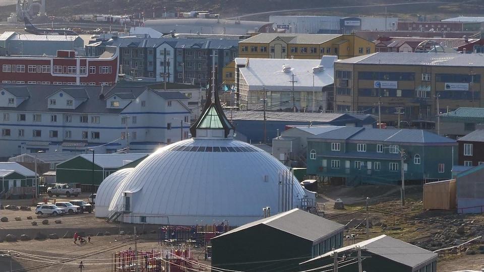 La façade de l'église d'Iqaluit a la forme d'un igloo.