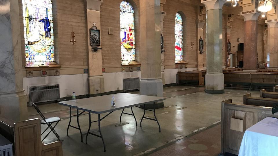 Un espace vide dans une église.