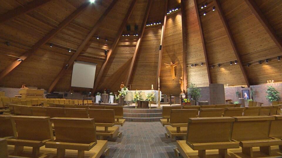 Des bancs de bois dans une église.