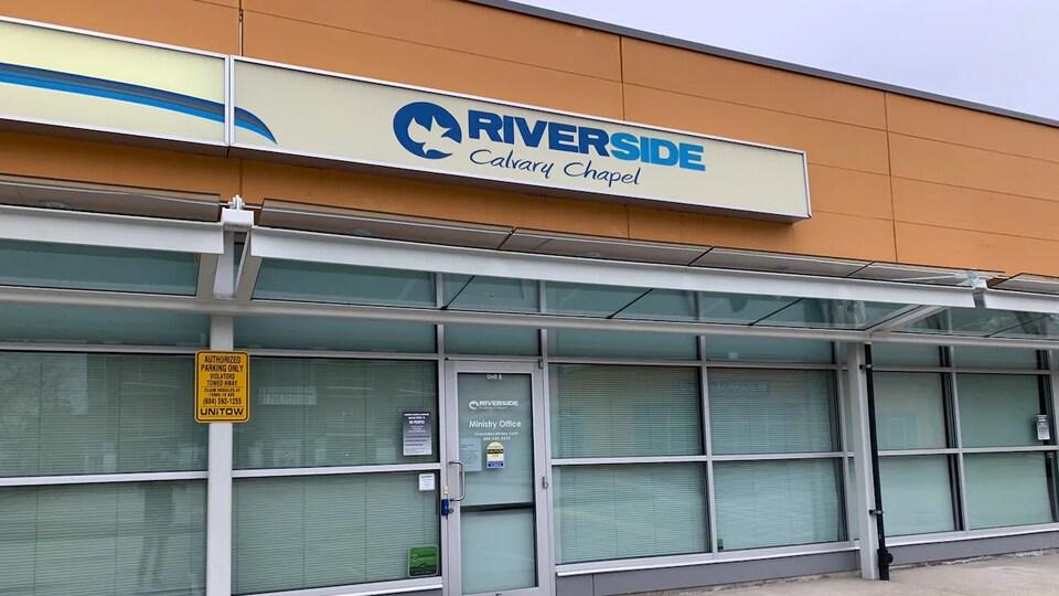 La devanture de l'église Riverside Calvary qui se trouve dans un petit centre commercial de Langley.