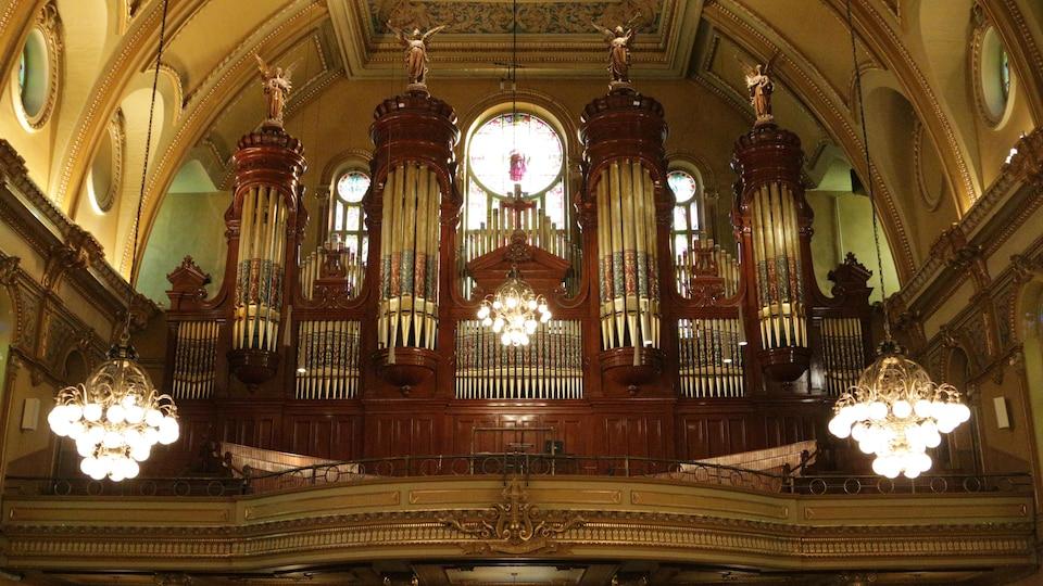 L'orgue et ses tuyaux dans l'église Saint-Jean-Baptiste.
