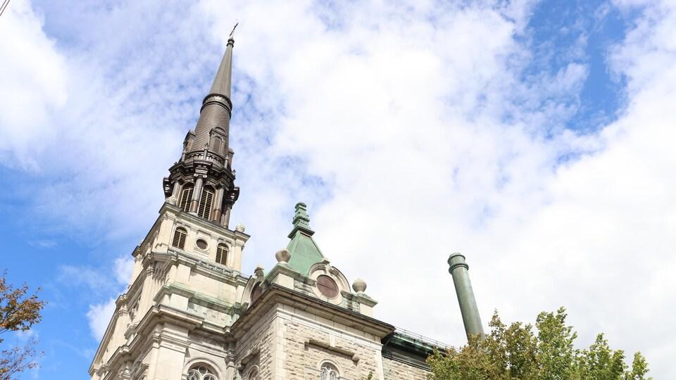 Vue en contre-plongée de l'église Saint-Jean-Baptiste.