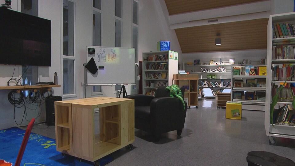 Des bibliothèques et des bancs sont installés dans l'église qui a été modernisée.