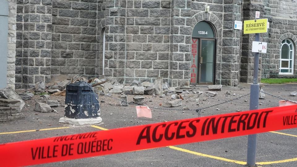 Une partie de la façade ouest de l'église Saint-Sacrement s'est effondrée.