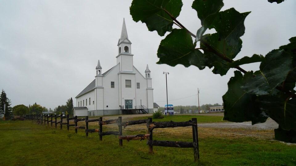 Une église derrière une clôture.