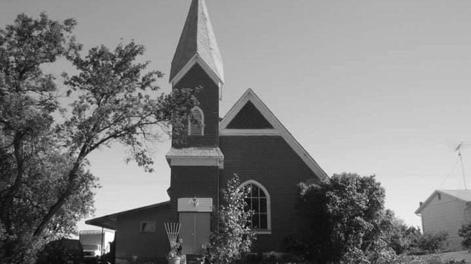 L'arrière d'une église, avec son clocher.