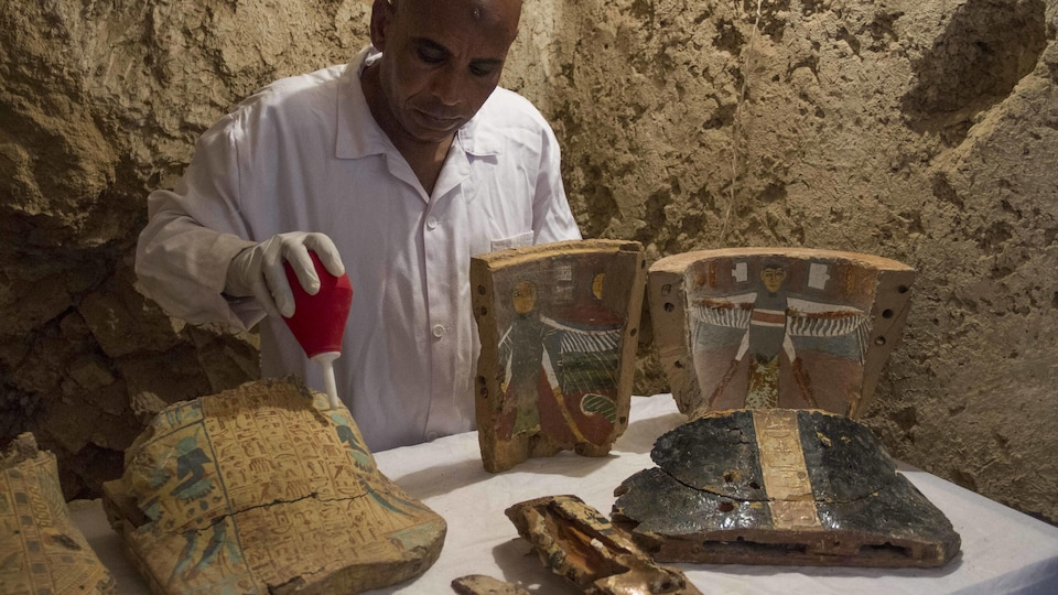Quelques-uns des meubles funéraires trouvés dans une tombe récemment découverte dans le sud de l'Égypte