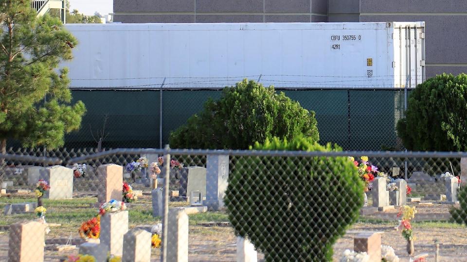 Un conteneur derrière un cimetière