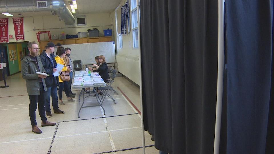 Des gens font la file avant d'aller voter.