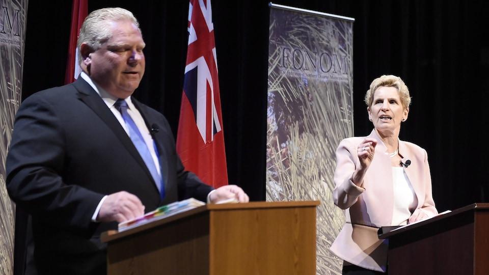 Doug Ford et Kathleen Wynne pendant un débat des chefs.