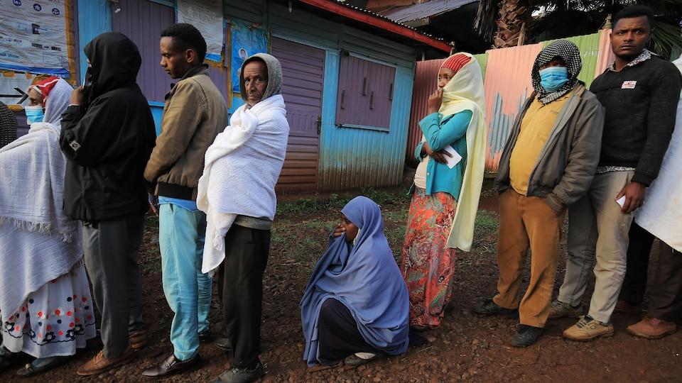 Des électeurs faisant la file à un bureau de scrutin en Éthiopie.