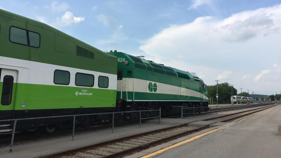 Un train de banlieue GO.