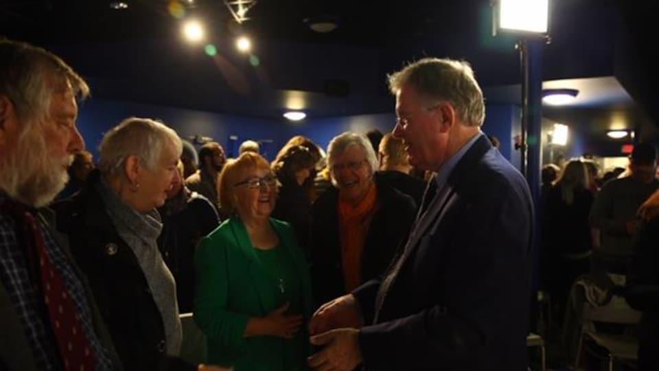 Le candidat NPD Jack Harris rencontre les électeurs.