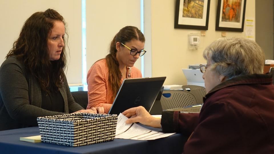 Une électrice vérifie qu'elle se trouve sur la liste d'électeurs pour voter.