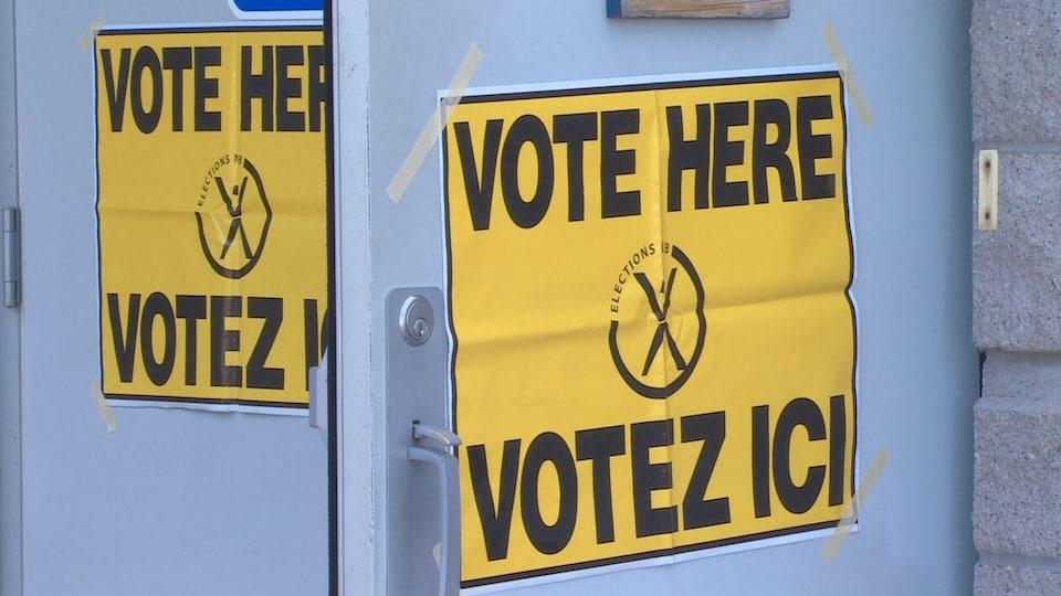 L'entrée d'un bureau de vote.