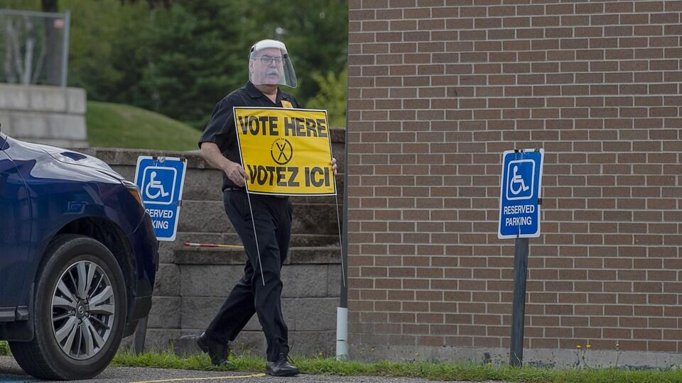Un employé d'Élections Nouveau-Brunswick prépare la journée de vote, le 14 septembre 2020.