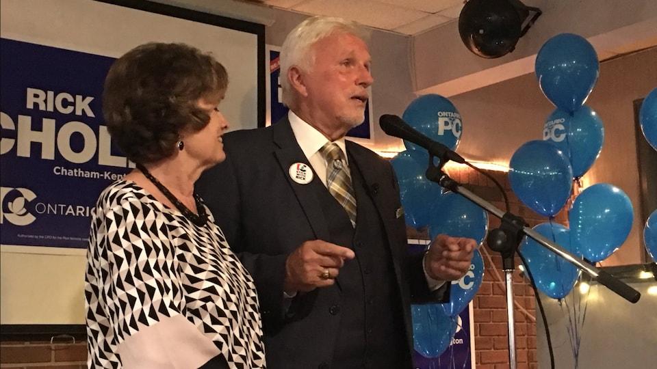 Le conservateur Rick Nicholls célèbre sa victoire.
