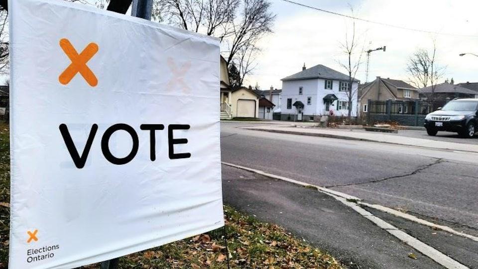 Une pancarte indiquant le lieu du bureau de scrutin