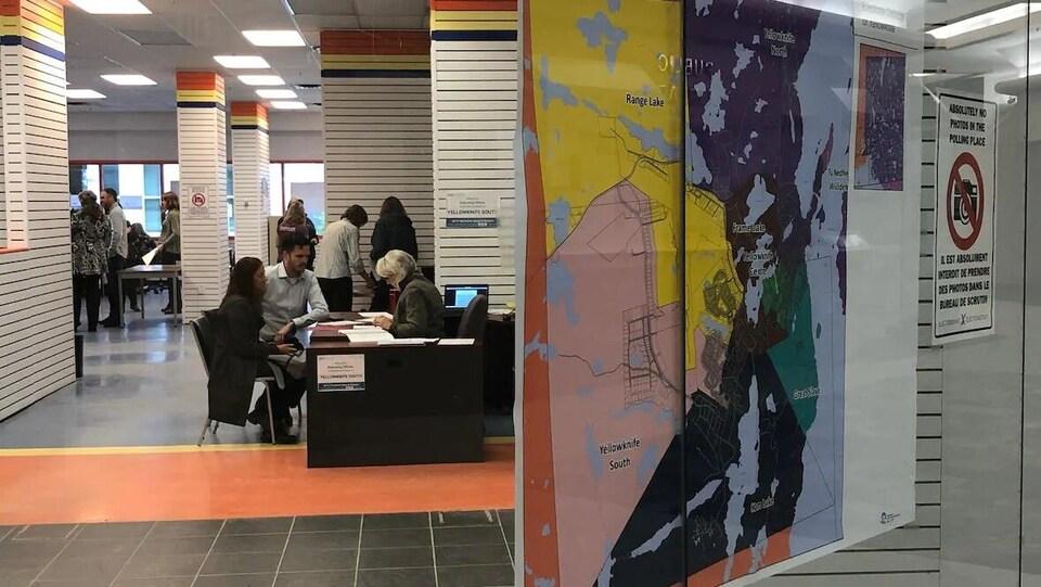 Une carte des circonscriptions de Yellowknife devant une porte menant au bureau.