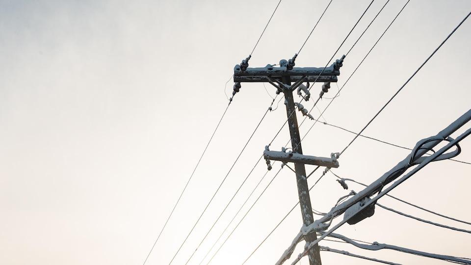 Une ligne de transmission électrique en hiver.