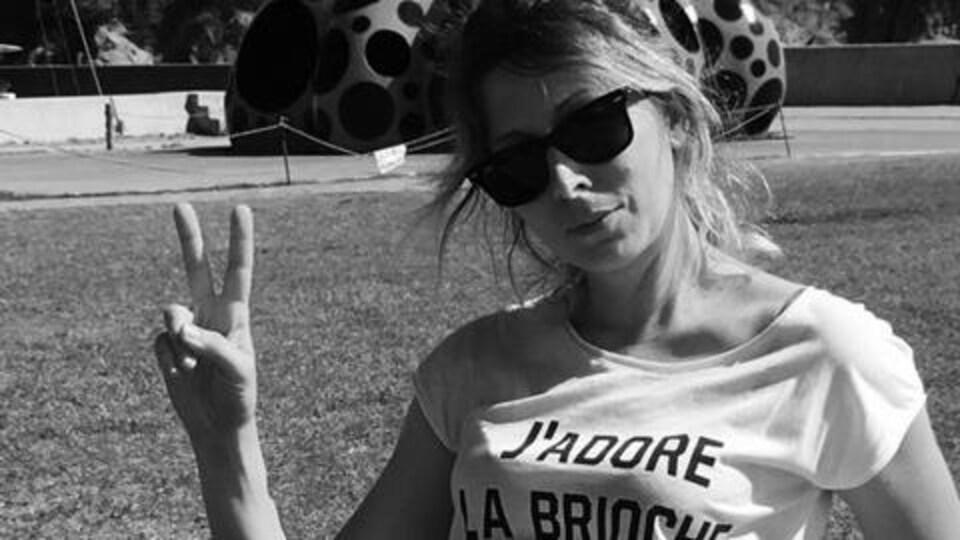 Éléonore BH fait un signe de paix à la caméra.