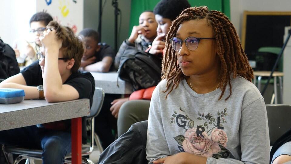 Des élèves écoutent leur enseignante.