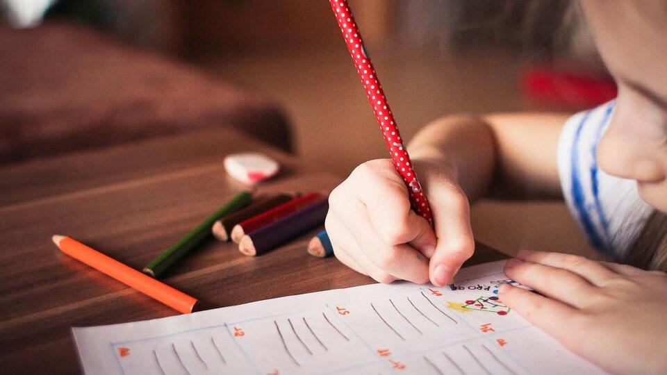 Une enfant dessine.