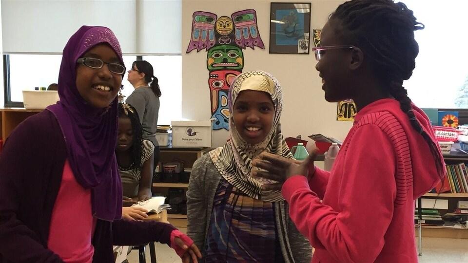 Des élèves de l'École Précieux-Sang portent le hijab.