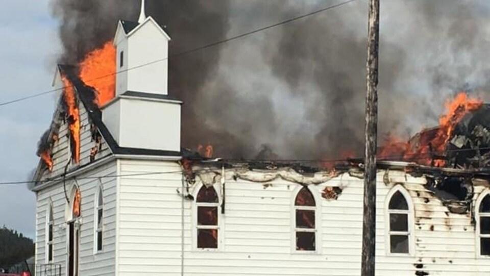 l'église unie de Pacquet en flammes.