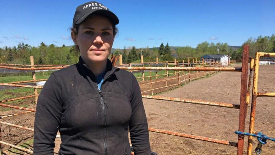 La propriétaire de Buttrnut Stables de Hampton, Elisabeth Clark, devant un enclos de chevaux