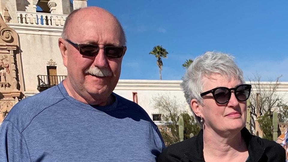Une photo du couple Elizabeth Joanne Thomas et John Joseph Zahl en voyage.
