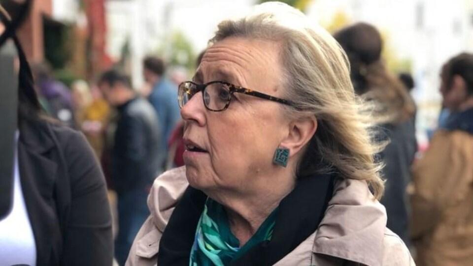 Une femme dans une foule