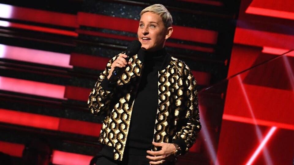 Ellen DeGeneres est sur scène et tient un micro.