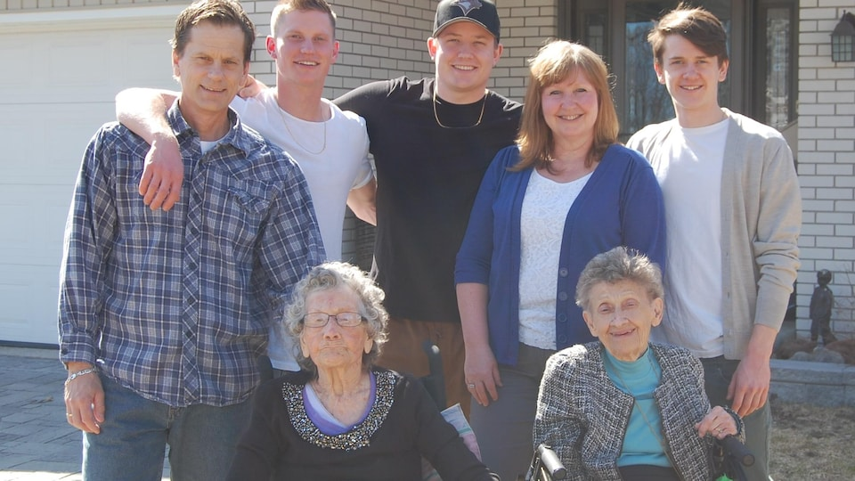 Ellen Gibb entourée de sa famille