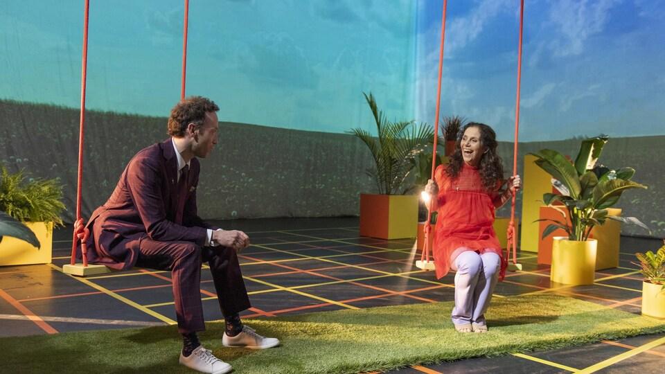 Matthieu Girard discute avec Chantal Cadieux, sur une scène au décor éclectique.