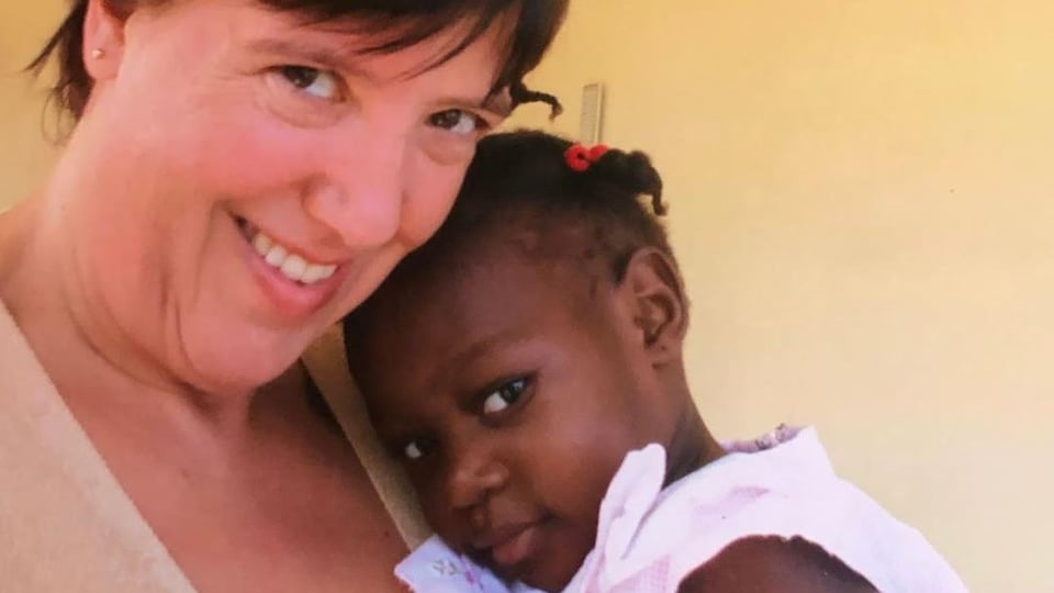 Elyse Dupuis en Haïti avec sa fille, Rosalie.