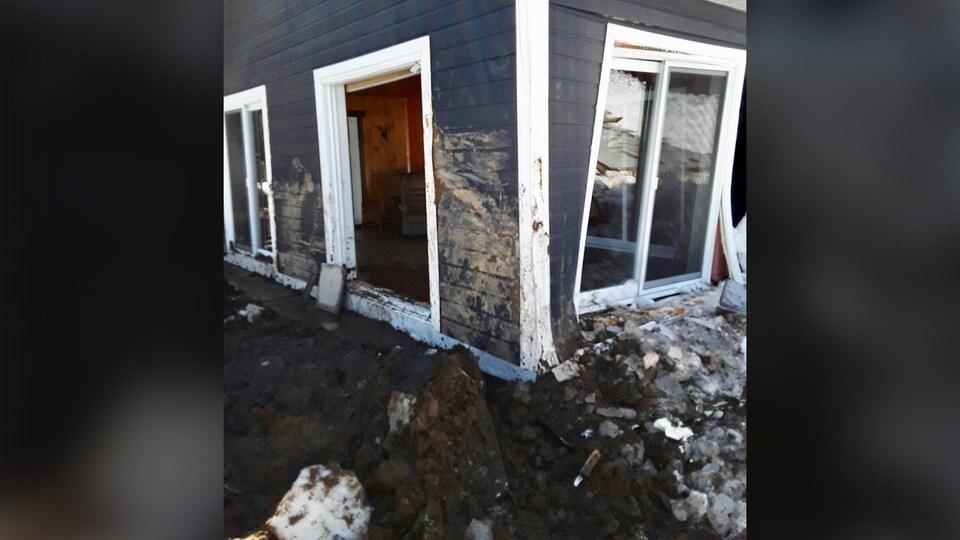 Les murs sont enfoncés et les fenêtres explosées