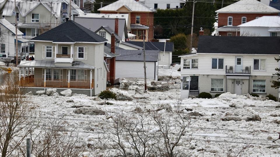 Un couvert de glace sur la rivière Chaudière, qui a envahi le centre-ville de Beauceville et inondé plusieurs résidences et commerces.