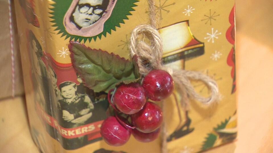 Un emballage fait durant l'atelier de la communauté zéro déchet à Toronto dimanche 16 décembre. papier recyclé, cerises réelles, ficelle