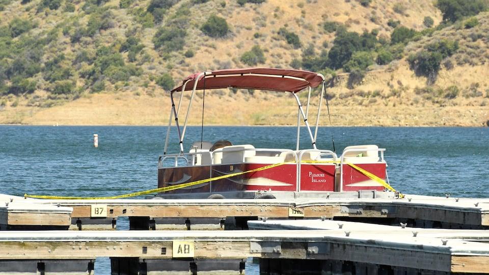 Une embarcation nautique de type « ponton » attachée au quai du lac Piru, dans le sud de la Californie.