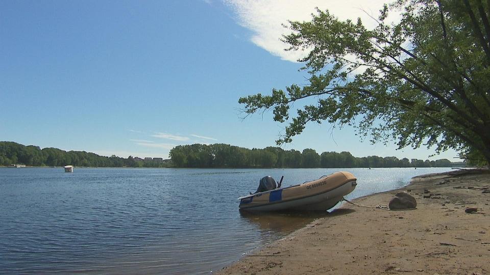 Une embarcation accostée sur la plage de la rivière St-Maurice.