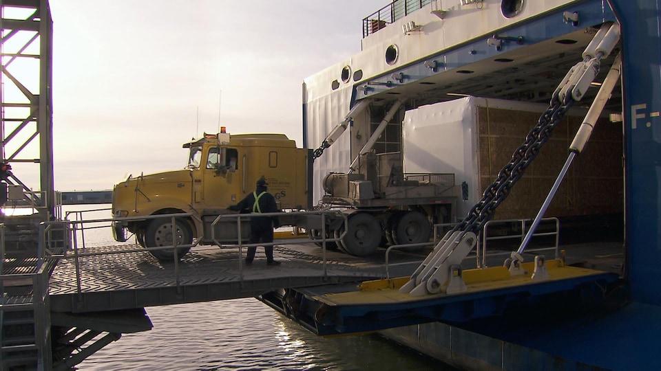 Un camion sort du navire F.-A.-Gauthier.