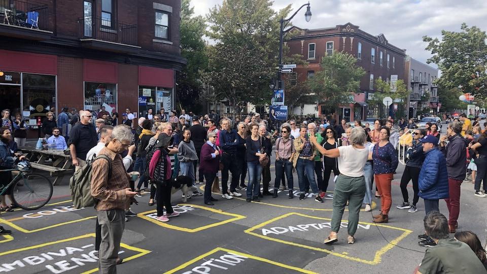 Une trentaine de personne sur l'avenue Bernard sont réunis.