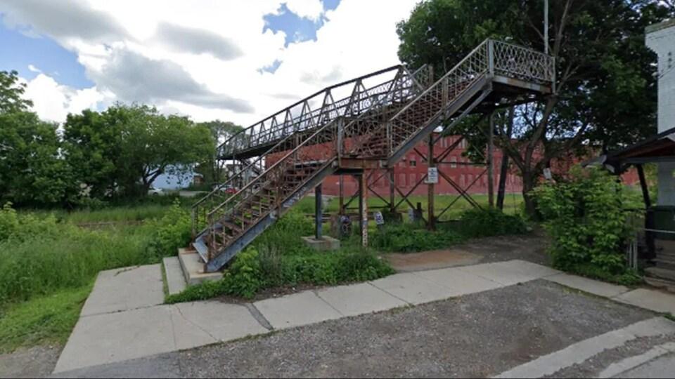 Les escaliers qui mènent au pont en métal.