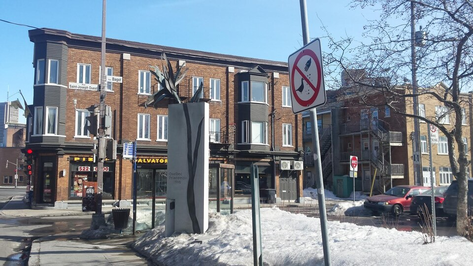 Un monument est érigé en l'honneur des quatre victimes à l'endroit où elles sont tombées sous les balles d'une mitrailleuse, à l'intersection des rues Saint-Joseph, Saint-Vallier et Bagot.